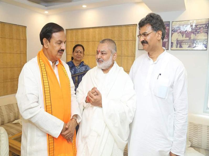 Girish visits country's Top Political Leaders
