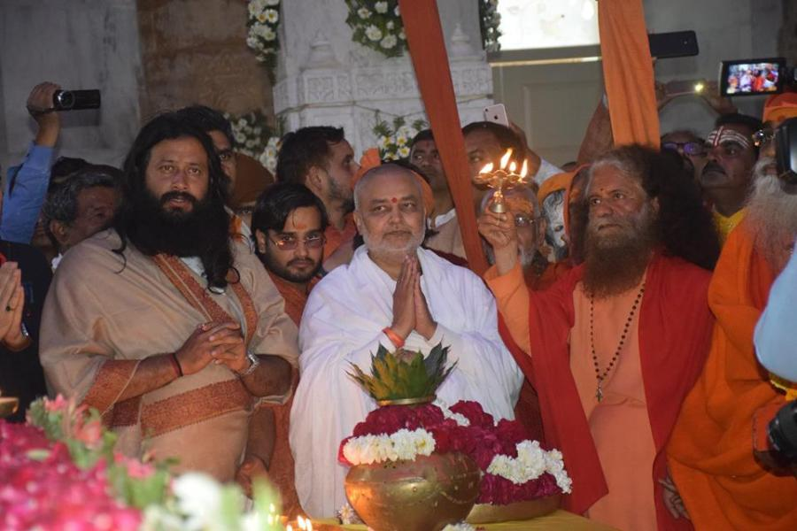 Swami Chidanand Ji with Brahmachari Girish doing aarti at Maharishi Smarak
