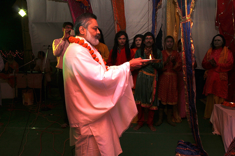 Brahmachari Girish Ji is performing Aarti of Bhagwan Vishnu and MahaLakshmi Devi at Shri Raam Leela, Bhopal