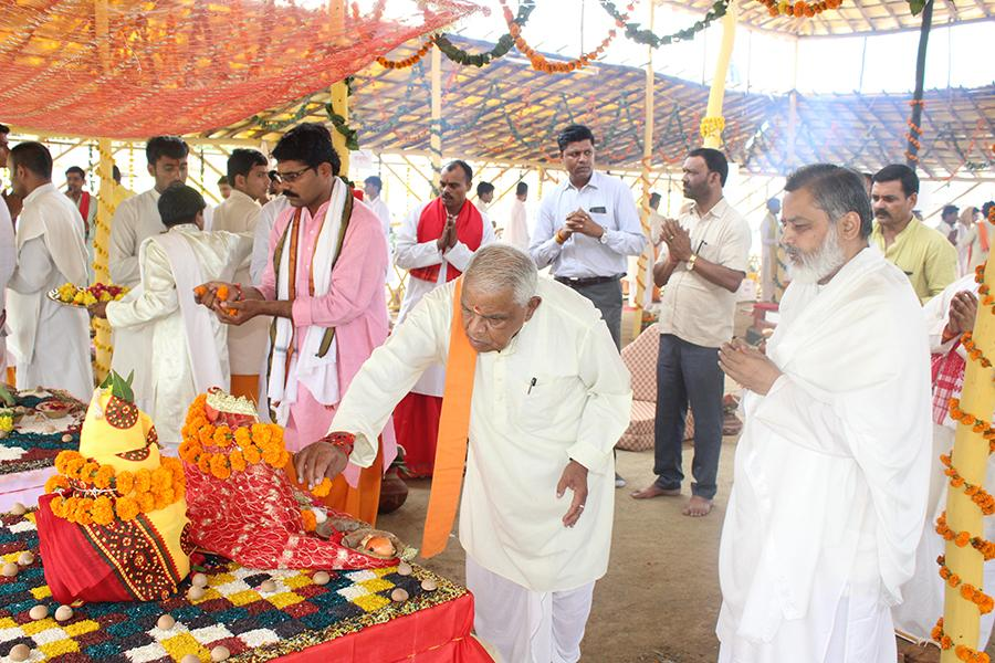 Hon'ble Shri Babulal Gaur Ji, Ex-Home Minister of Madhya Pradesh Government has visited Shri Sahasrachandi Mahayagya Mandap, performed Aarti and offered flowers to Maa Durga.
