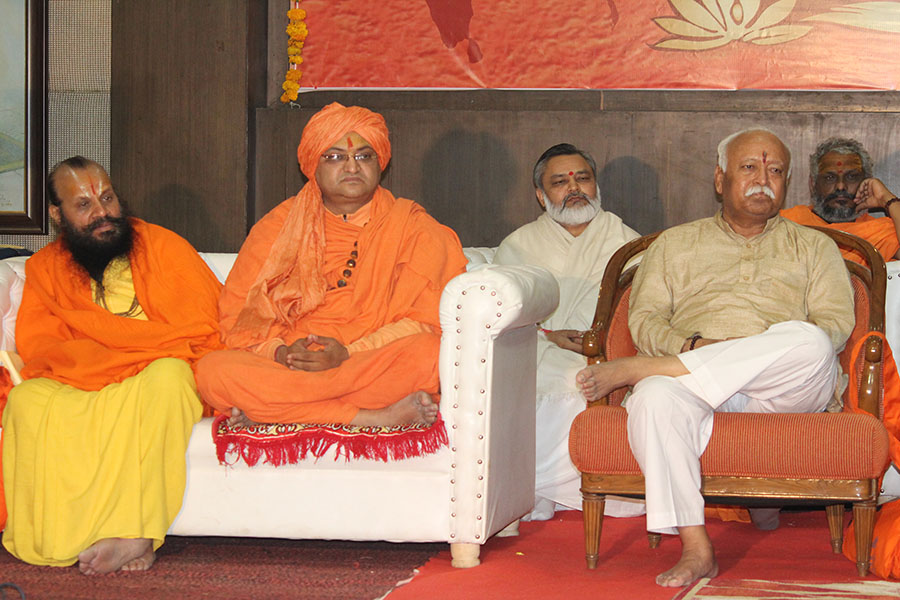 Brahmachari Girish Ji with RSS Sar Sanchalak Shri Mohan Bhawat Ji before being honoured with title of 'Vedic Vidya Martand' during 3