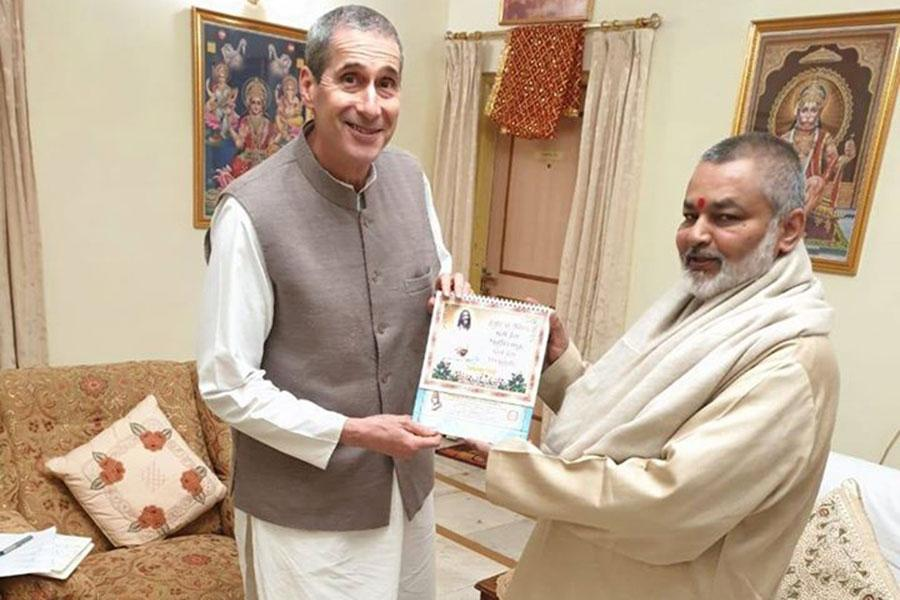 Brahmachari Girish ji has presented Gyan 2020, dairy and calendar to Raja Harris ji
