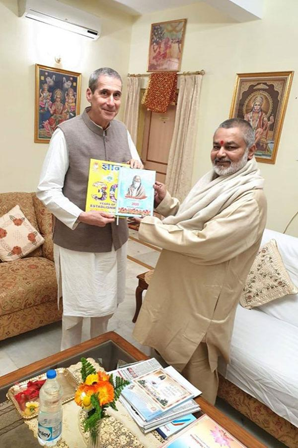 Brahmachari Girish ji has presented Gyan 2020, dairy and calendar to Raja Harris ji.