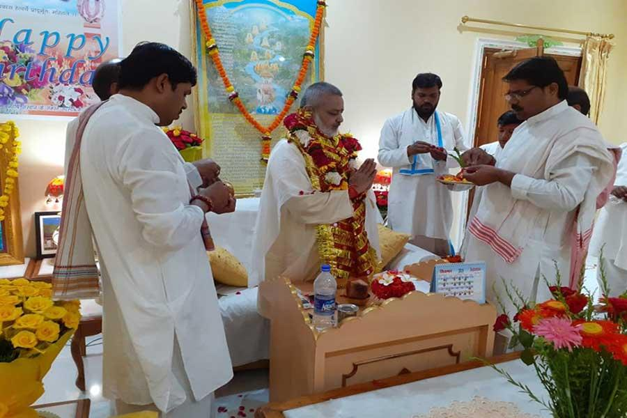 Pujya Brahmachari Shri Girish Ji recceiving blessings of Vedic Pandits on his birthday on 25 August 2019.