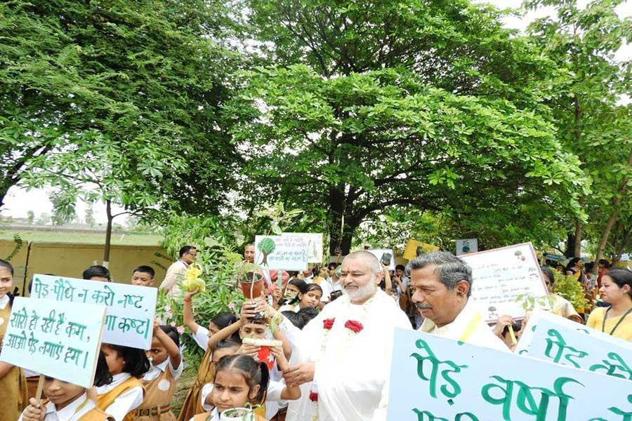 Young students have narrated many beautiful slogans and were also holding the same with saplings.