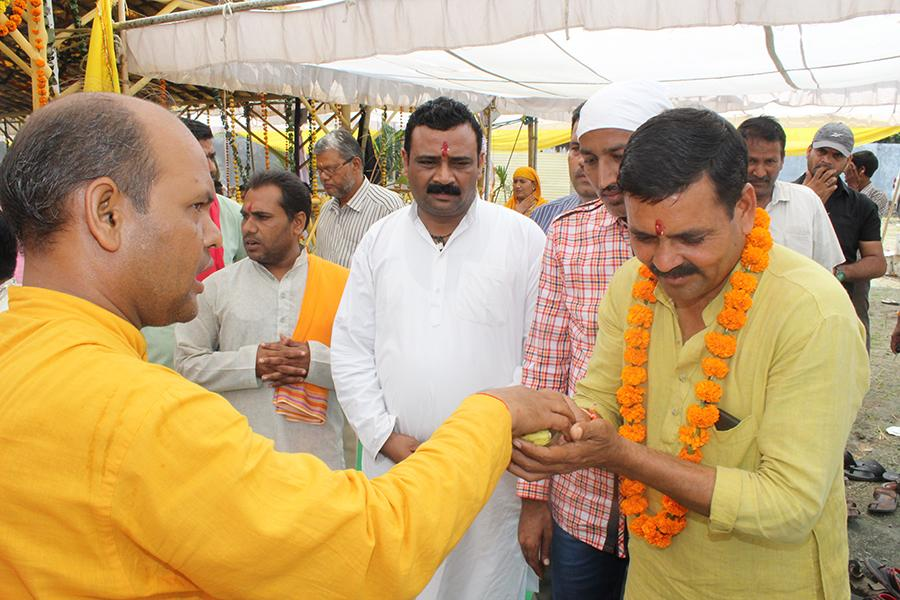 Parshad from Ward No. 85 of Bhopal Nagar Nigam, Chhan Shri Kamta Patidar Ji receiving Prasad from Vedic Pundits at Shri Sahasrachandi Mahayagya Mandap.