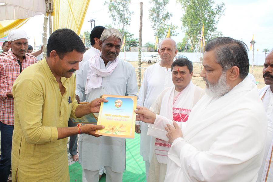 Parshad from Ward No. 85 of Bhopal Nagar Nigam, Chhan Shri Kamta Patidar Ji and Ex-Sarpanch of Village Deepadi have visited Shri Sahasrachandi Mahayagya Mandap. Brahmachari Girish Ji has presented them book on Transcendental Meditation: Introduction, Process and Benefits.